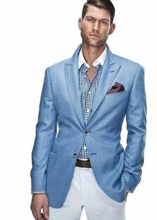Cómo combinar: blazer azul, camisa de vestir de cuadro vichy en blanco y azul, pantalón chino blanco, pañuelo de bolsillo a lunares burdeos