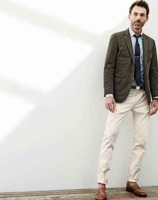 Cómo combinar: blazer de algodón verde oliva, camisa de vestir de cambray celeste, pantalón chino en beige, mocasín de cuero marrón