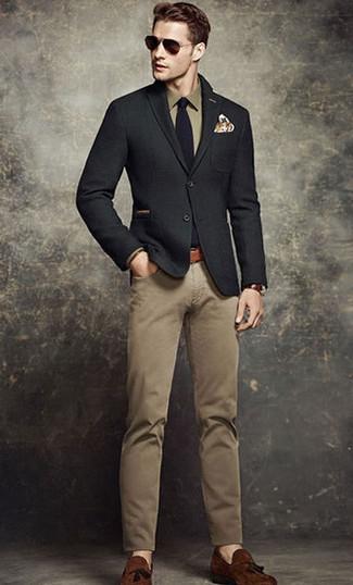 Cómo combinar: blazer de lana negro, camisa de vestir verde oliva, pantalón chino marrón claro, mocasín con borlas de ante marrón