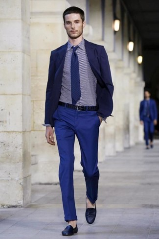 Look de moda: Blazer azul marino, Camisa de vestir con estampado geométrico azul marino, Pantalón chino azul, Mocasín de cuero azul marino