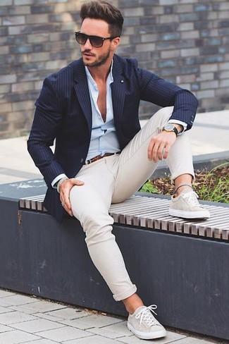 Si buscas un estilo adecuado y a la moda, haz de un blazer de rayas verticales azul marino y un pantalón chino beige tu atuendo. Tenis en beige añadirán un nuevo toque a un estilo que de lo contrario es clásico.