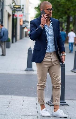 Intenta combinar una parte de arriba azul con un pantalón chino beige para las 8 horas. Haz este look más informal con tenis blancos.