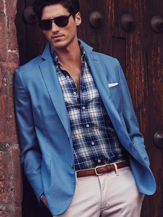 Cómo combinar: blazer azul, camisa de vestir de tartán en blanco y azul marino, pantalón chino en beige, pañuelo de bolsillo blanco