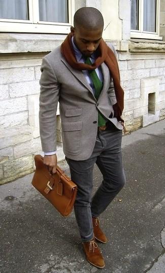 Cómo combinar: blazer de lana gris, camisa de vestir violeta claro, pantalón chino en gris oscuro, botas safari de ante marrónes