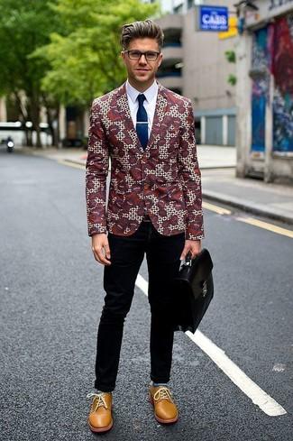 Cómo combinar: blazer con print de flores burdeos, camisa de vestir blanca, pantalón chino negro, zapatos derby de cuero marrón claro