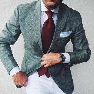 Cómo combinar: blazer verde oscuro, camisa de vestir blanca, pantalón chino blanco, corbata burdeos