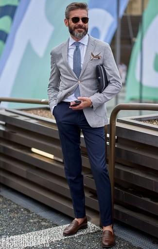 Cómo combinar: blazer gris, camisa de vestir celeste, pantalón chino azul marino, mocasín de cuero marrón