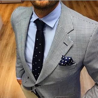 Cómo combinar un blazer de pata de gallo en blanco y negro: Casa un blazer de pata de gallo en blanco y negro junto a un pantalón chino en beige para después del trabajo.