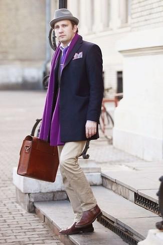 Cómo combinar una bufanda morado: Empareja un blazer en gris oscuro junto a una bufanda morado transmitirán una vibra libre y relajada. Agrega zapatos brogue de cuero marrónes a tu apariencia para un mejor estilo al instante.