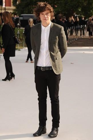 Look de Harry Styles: Blazer Verde Oliva, Camisa de Vestir Blanca, Pantalón Chino Negro, Botines Chelsea de Cuero Negros
