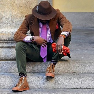 Cómo combinar: blazer de pana marrón, camisa de vestir de rayas verticales en violeta, pantalón chino de pana verde oliva, zapatillas altas de cuero marrón claro