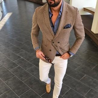 Cómo combinar: blazer a cuadros marrón, camisa de vestir azul, pantalón chino blanco, mocasín con borlas de ante marrón claro