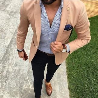 Cómo combinar: blazer marrón claro, camisa de vestir a lunares en blanco y azul marino, pantalón chino negro, mocasín con borlas de cuero marrón