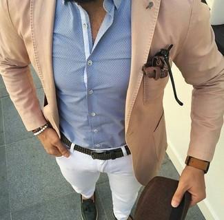 Cómo combinar: blazer de algodón marrón claro, camisa de vestir celeste, pantalón chino blanco, mocasín con borlas de cuero verde oscuro