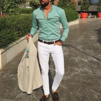 Cómo combinar: blazer en beige, camisa de vestir en verde menta, pantalón chino blanco, mocasín con borlas de ante en marrón oscuro