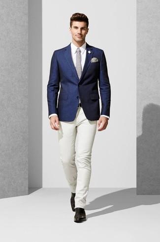Cómo combinar: blazer azul marino, camisa de vestir blanca, pantalón chino blanco, botines chelsea de cuero negros