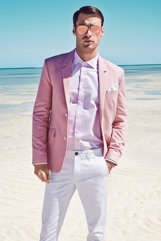 Cómo combinar: blazer rosado, camisa de vestir rosada, pantalón chino blanco, pañuelo de bolsillo blanco