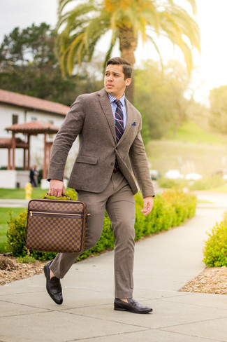 Cómo combinar: blazer de lana marrón, camisa de vestir de cuadro vichy en blanco y azul, pantalón chino marrón, mocasín de cuero en marrón oscuro