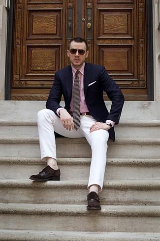Cómo combinar: blazer azul marino, camisa de vestir rosada, pantalón chino blanco, zapatos con doble hebilla de cuero en marrón oscuro