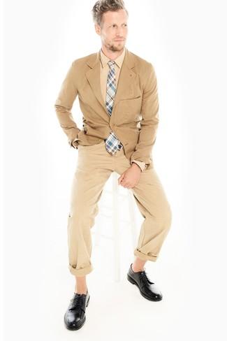Look de moda: Blazer de algodón marrón claro, Camisa de vestir marrón claro, Pantalón chino marrón claro, Zapatos derby de cuero negros