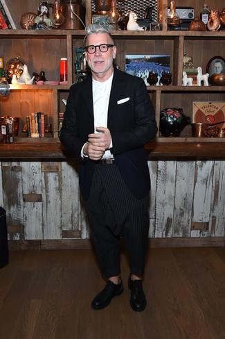 Cómo combinar: blazer azul marino, camisa de vestir blanca, pantalón chino de rayas verticales negro, zapatos oxford de cuero negros