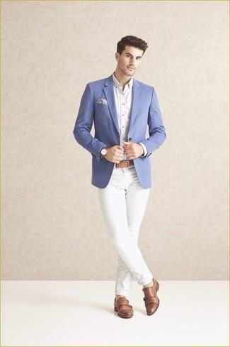 Cómo combinar: blazer azul, camisa de vestir blanca, pantalón chino blanco, zapatos con doble hebilla de cuero marrón claro