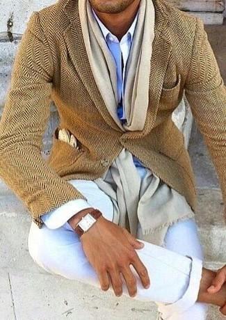 Cómo combinar: blazer de lana de espiguilla marrón claro, camisa de vestir celeste, pantalón chino blanco, bufanda en beige