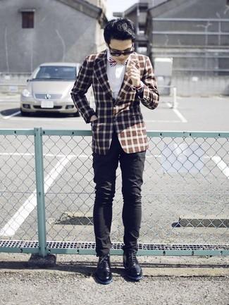 Cómo combinar: blazer a cuadros marrón, camisa de vestir blanca, pantalón chino negro, botas safari de cuero negras