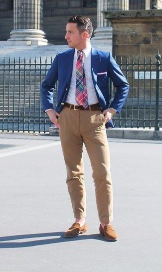 Cómo combinar: blazer azul, camisa de vestir blanca, pantalón chino marrón claro, mocasín de ante marrón