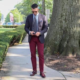 Cómo combinar: blazer a cuadros en marrón oscuro, camisa de vestir celeste, pantalón chino burdeos, mocasín de cuero burdeos