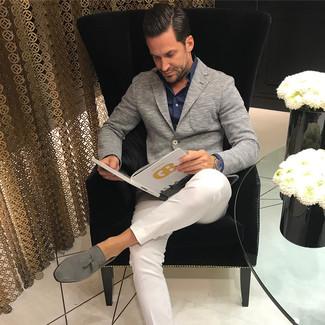 Cómo combinar: blazer de punto gris, camisa de vestir negra, pantalón chino blanco, mocasín con borlas de ante gris