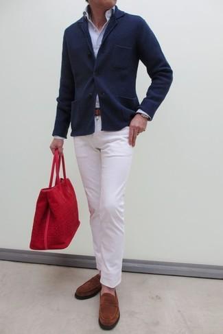 Esta combinación de un blazer de punto azul marino y un pantalón chino blanco es perfecta para una salida nocturna u ocasiones casuales elegantes. Mocasín de ante tabaco son una sencilla forma de complementar tu atuendo.
