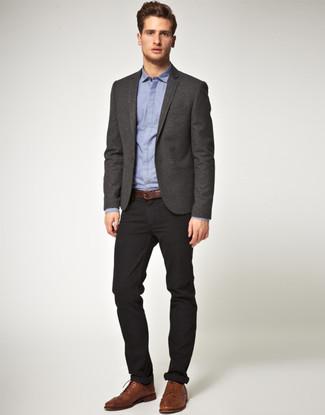 Perfecciona el look casual elegante en una parte de arriba azul y un pantalón chino negro. Este atuendo se complementa perfectamente con zapatos brogue de cuero marrónes.