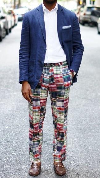 Cómo combinar: blazer azul marino, camisa de vestir blanca, pantalón chino de tartán en multicolor, náuticos de cuero marrónes