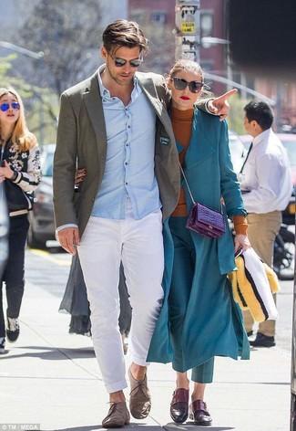 Cómo combinar: blazer de lana verde oliva, camisa de vestir celeste, pantalón chino blanco, zapatos derby de ante marrónes