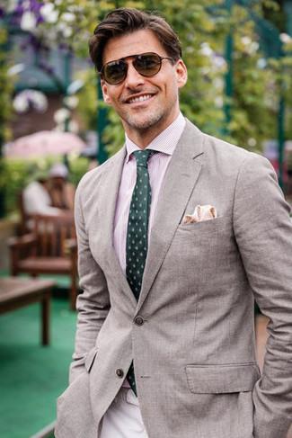 Cómo combinar: blazer gris, camisa de vestir de rayas verticales rosada, pantalón chino en beige, corbata estampada verde oscuro