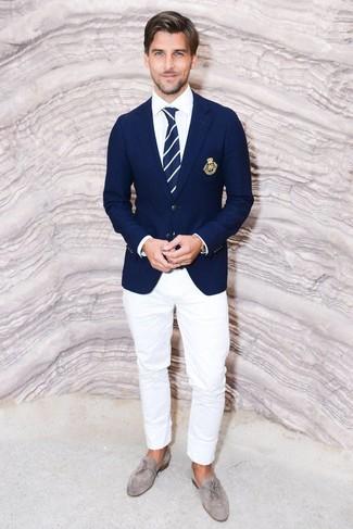 Cómo combinar una corbata de rayas verticales en azul marino y blanco: Elige un blazer azul marino y una corbata de rayas verticales en azul marino y blanco para rebosar clase y sofisticación. Este atuendo se complementa perfectamente con mocasín con borlas de ante gris.
