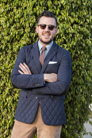 Cómo combinar un pantalón chino de pana marrón claro: Considera ponerse un blazer acolchado negro y un pantalón chino de pana marrón claro para un lindo look para el trabajo.