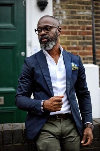 Cómo combinar: blazer azul marino, camisa de vestir blanca, pantalón chino verde oliva, pañuelo de bolsillo en amarillo verdoso