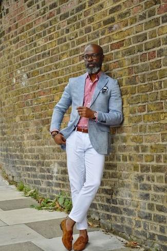 Cómo combinar: blazer gris, camisa de vestir de cuadro vichy en blanco y rojo, pantalón chino blanco, mocasín con borlas de ante en tabaco
