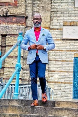 Cómo combinar: blazer celeste, camisa de vestir rosa, pantalón chino azul, mocasín con borlas de cuero en tabaco