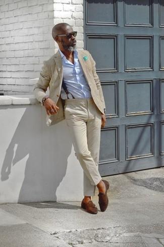 Cómo combinar: blazer en beige, camisa de vestir celeste, pantalón chino en beige, zapatos con doble hebilla de ante en marrón oscuro