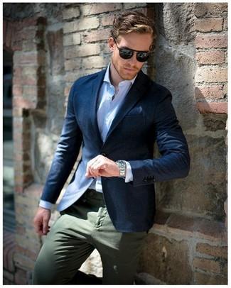 Cómo combinar: blazer azul marino, camisa de vestir de rayas verticales celeste, pantalón chino verde oliva, pañuelo de bolsillo azul marino