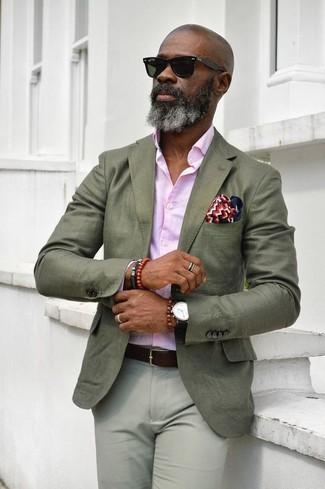 Cómo combinar: blazer verde oliva, camisa de vestir rosada, pantalón chino gris, pañuelo de bolsillo en blanco y rojo y azul marino