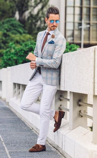 Cómo combinar: blazer de tartán celeste, camisa de vestir blanca, pantalón chino blanco, mocasín con borlas de ante en marrón oscuro