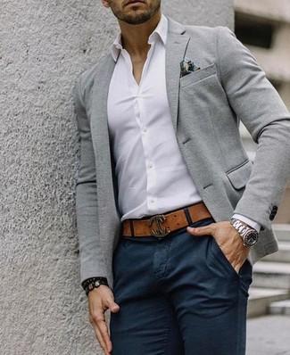 Cómo combinar: blazer de lana gris, camisa de vestir blanca, pantalón chino negro, pañuelo de bolsillo estampado en multicolor