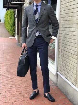 Cómo combinar: blazer gris, camisa de vestir azul, pantalón chino azul marino, mocasín de cuero negro