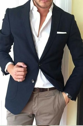 Cómo combinar: blazer negro, camisa de vestir blanca, pantalón chino marrón, pañuelo de bolsillo blanco