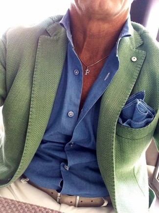 Cómo combinar: blazer verde, camisa de vestir azul, pantalón chino en beige, pañuelo de bolsillo azul