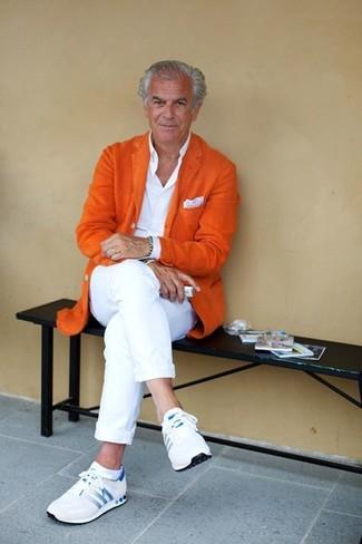 Cómo combinar: blazer de lana naranja, camisa de vestir blanca, pantalón chino blanco, deportivas blancas